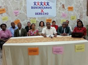 """El grupo """"Dominicanos por Derecho"""" leyendo el comunicado a los medios"""