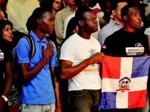 Jóvenes miembros de Reconoci.do, hijos de inmigrantes haitianos nacidos en el país durante un acto reclamando la nacionalidad