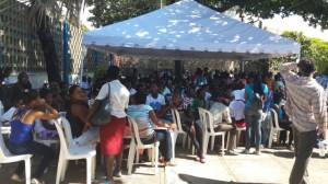 Los afectados acudieron masivamente al Club de Profesores de la UASD. Foto HOY/Wendy Carrasco.